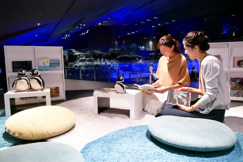 すみだ水族館内リーディングテラス。ゆったりくつろげるスペースとして人気。