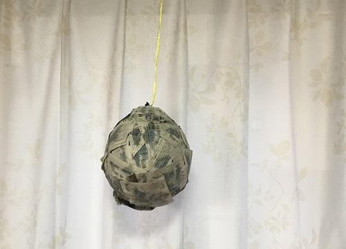 ピニャータの土台は、風船と新聞紙で作ります。全面貼り終えたら半日以上吊るしてのりをしっかり乾かします
