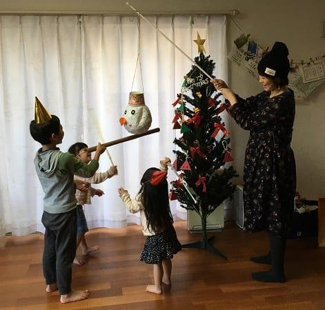 スノーマンのピニャータをみんなで割って楽しいクリスマス