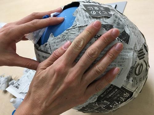 ピニャータの土台は風船にのりで新聞紙を貼り付けて作ります