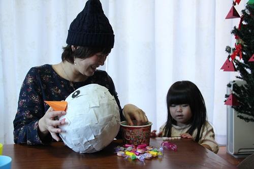 ピニャータの中には個包装のお菓子や紙ふぶき、小さなおもちゃを入れます。