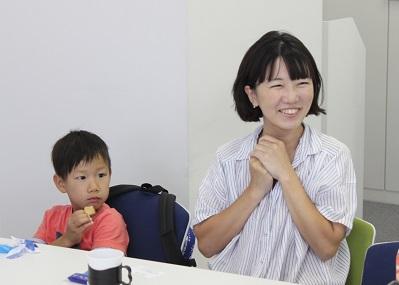 ソーラーパネルの座談会で話すママと子ども