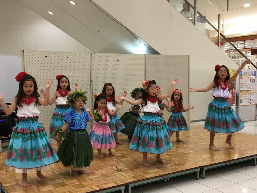 イオンモール柏センターコートでのフラダンス発表会。リハビリフラの講師としても活躍するラボママ水田静香さんのフラ教室の子どもたち。