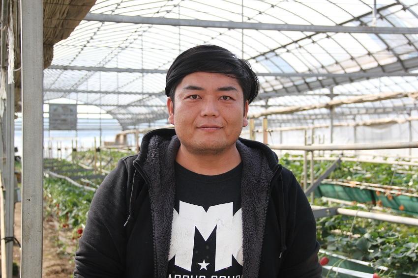 千葉県習志野市「村山農園」村山寿志さん。おいしいイチゴの見分け方を話してくれました。