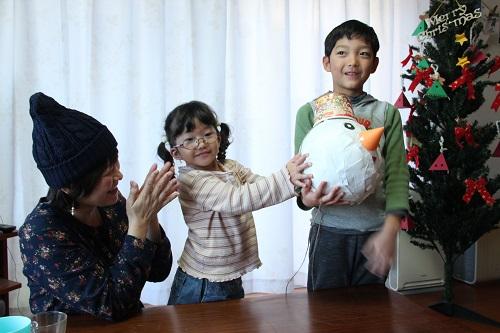 みんなで作ったピニャータはクリスマスパーティにぴったり