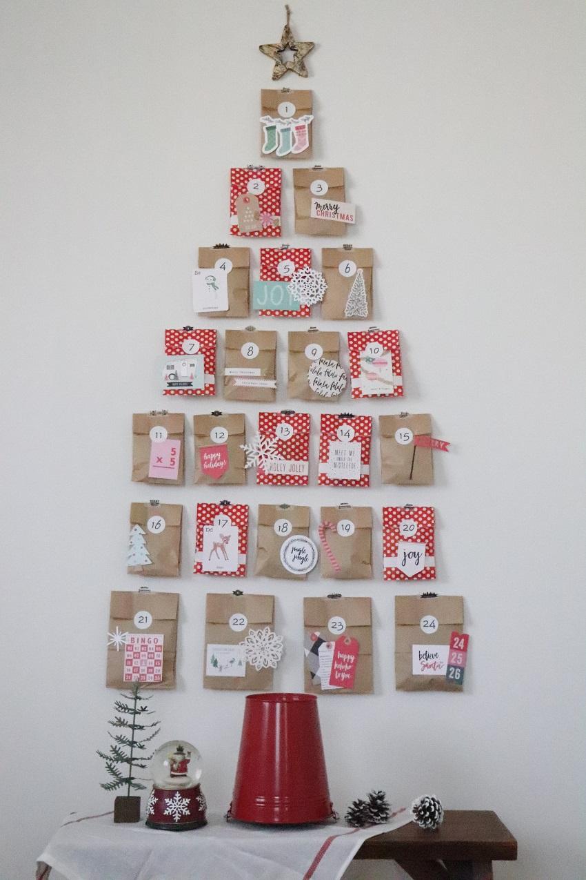手づくりのアドベントカレンダーを一つずつ壁に貼ってクリスマスツリーのように飾りつけ。