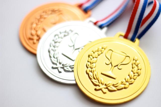 オリンピックの金メダルと銀メダルと銅メダル