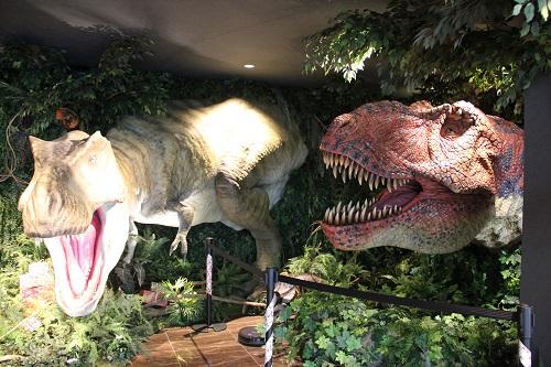 東京ディズニーリゾートからすぐの変なホテル舞浜東京ベイのロビーには巨大なティラノサウルス。アメニティの一部はロビーからピックアップ