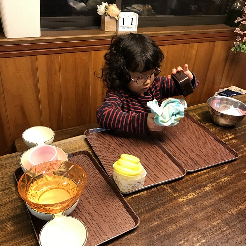 お皿をふいたり並べたりはお手のものです。
