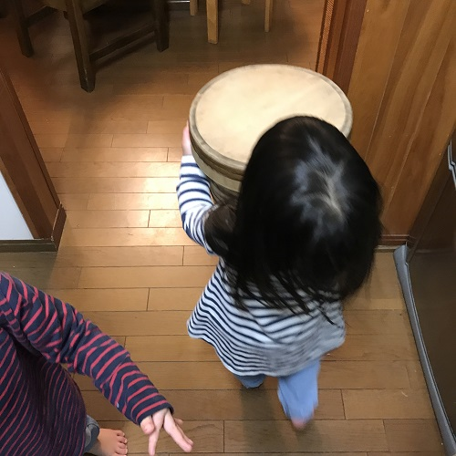 一番年下の子も配膳のお手伝い