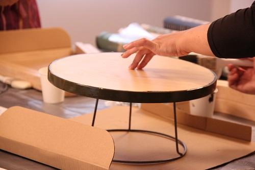 スツールの側面や足の部分にペンキで色づけ。