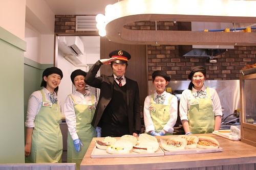 日本列島パン食い協奏のスタッフの衣装は、車掌さんと新幹線の社内販売員をイメージ。