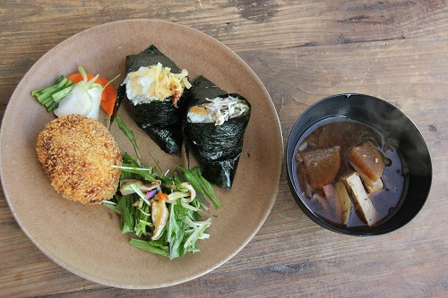 おむすび茶屋さつきのおむすびセット、根菜のお味噌汁などとセットで1200円。おむすびは、今月のメニューから選べます。