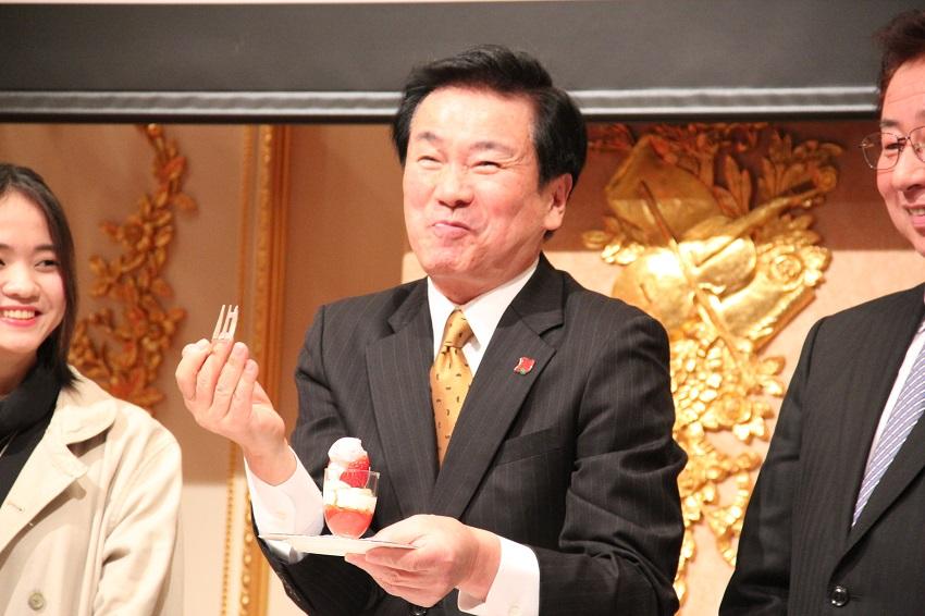 千葉県産いちごで作ったいちごスイーツを食べて笑顔を見せ森田健作県知事