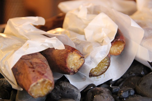 さわら十三里屋の店内で焼いている焼き芋