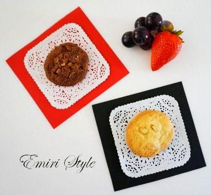 お菓子のお皿は100均のレースペーパーと色画用紙で簡単手作り。おもてなし感がグンとアップ♪ママ友にも好印象!