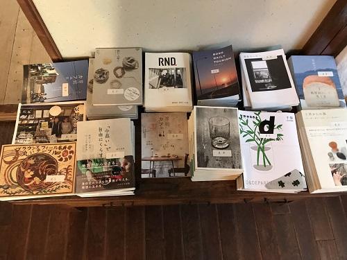 千葉県鎌ケ谷市CBPAC 本棚には千葉県ゆかりの本が並ぶ