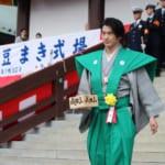 成田山新勝寺の節分会で豆まきをする西郷どん出演俳優の瑛太さん