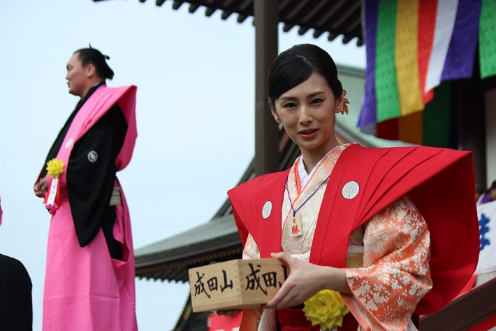成田山新勝寺の節分会で豆まきをする西郷どん出演女優の北川景子さん