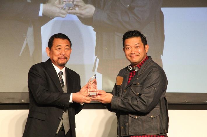 山口智充さんが受賞。クリスタルの授与