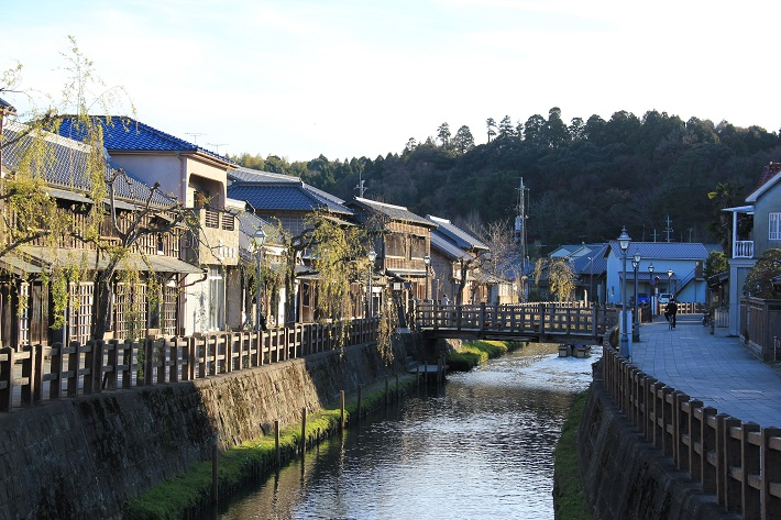香取市佐原の町並み。小野川沿いに風情ある建物が並びます