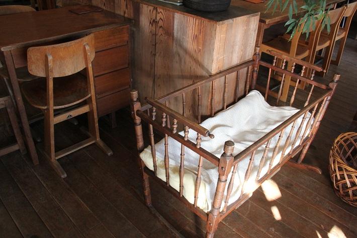 個性豊かなお店が集まる「KAWAGUCHI SHINMACHI」のカフェ「senkiya」にはベビーベッドもあり赤ちゃん連れでも安心。