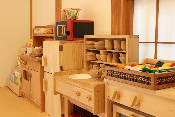 千葉寺の「ニッセ」。和室のおままごとコーナーのフェルトの食材は手作り