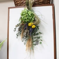 ドライフラワーと生花を使った豪華なスワッグも手作りできます