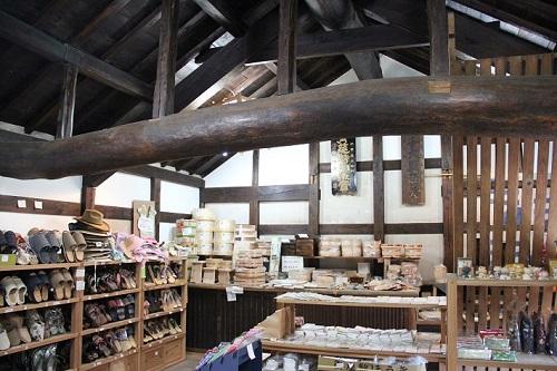 佐原にある荒物屋「植田屋」。蔵の2階には和雑貨が並びます