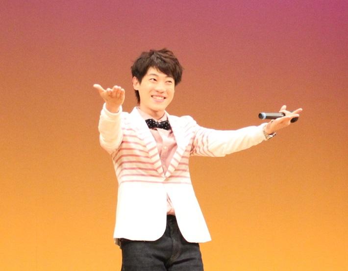 子供たちのためにミニコンサートで歌声を披露する千葉市出身のだいすけお兄さん
