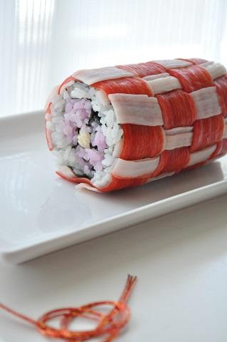 かにかまを編んで作った飾り巻き寿司