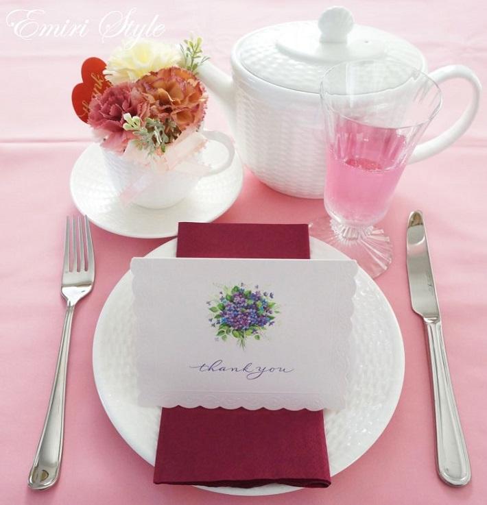 淡いピンクがテーマカラーのおもてなしテーブルコーディネート。カードの下に敷くナフキンを濃い紫にして引き締めます。