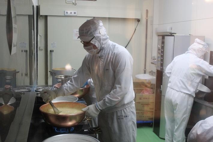 八天堂くりーむパンの命とも言えるカスタードクリームの製造風景