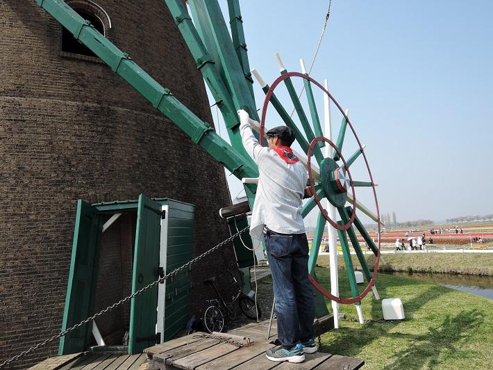 佐倉ふるさと広場の風車「リーフデ」を操作する風車守の大谷さん