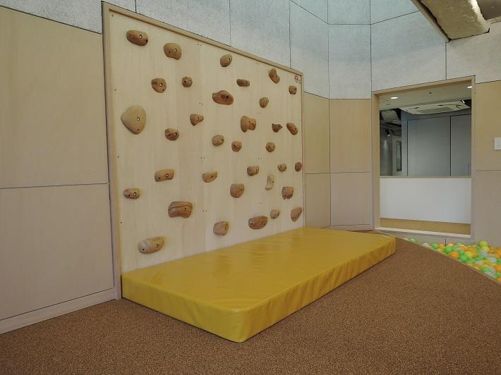 チコルパークにはクライミングウォールなどがあり、室内でも思い切りからだを動かます