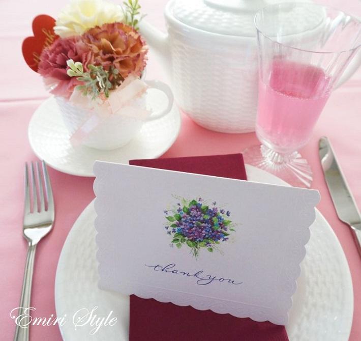 メッセージカードをテーブルにおいて日ごろの感謝の気持ちをさりげなく伝えましょう