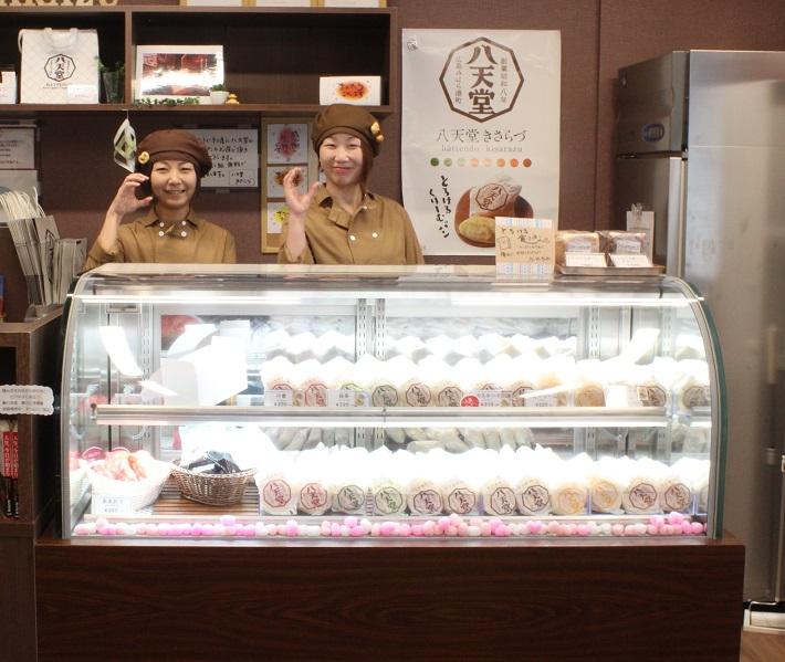 八天堂きさらづの店舗。定番のくりーむパン5種のほか、とろける食パン、メロンパンなども販売