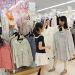 アルコ越谷で服を買う女性と子ども