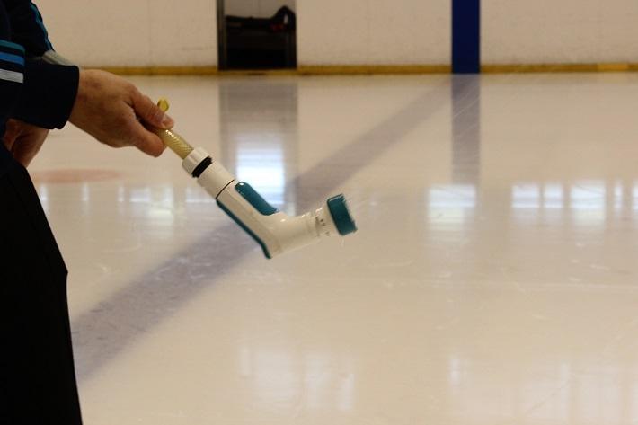 ぺブルと呼ばれる氷の粒々をつくるためにジョウロのような器具で水をまきます