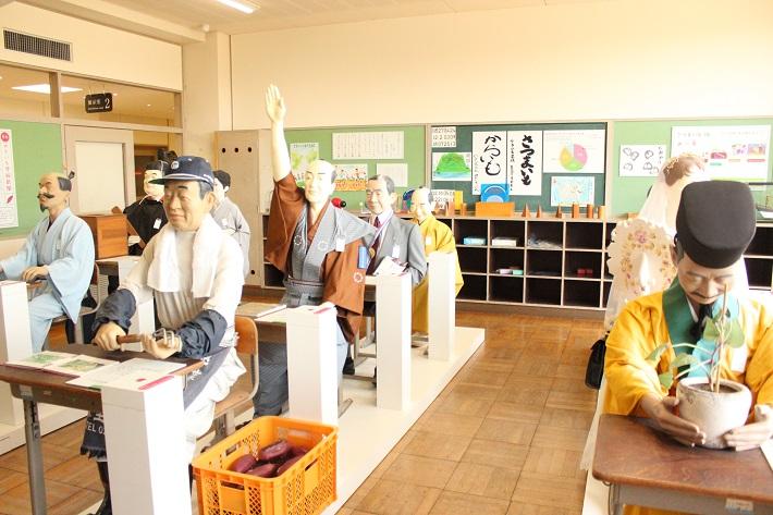 やきいもファクトリーミュージアムの1室で、森光子さんや、徳川8代将軍などが同じお部屋で学びます。
