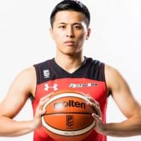 バスケットボールを持つ千葉ジェッツ富樫勇樹選手