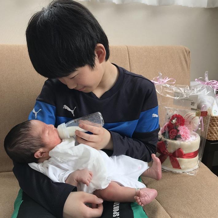 赤ちゃんにミルクをあげるお兄ちゃん