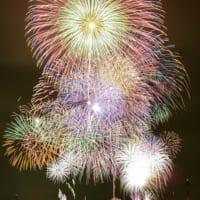 戸田橋花火大会では尺玉やスターマインをはじめ両岸合計約12000発の花火が楽しめる