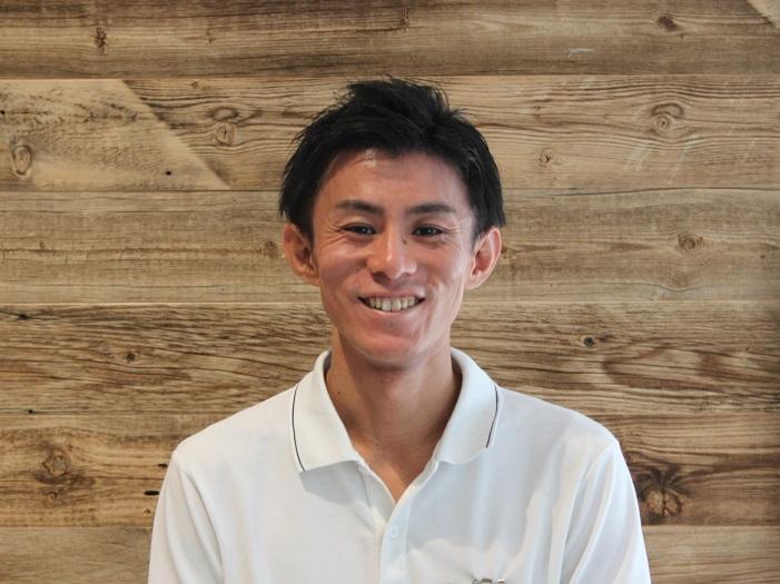 柏にあるモダンビンテージインテリアカーサでビンテージ家具を担当する矢須副店長
