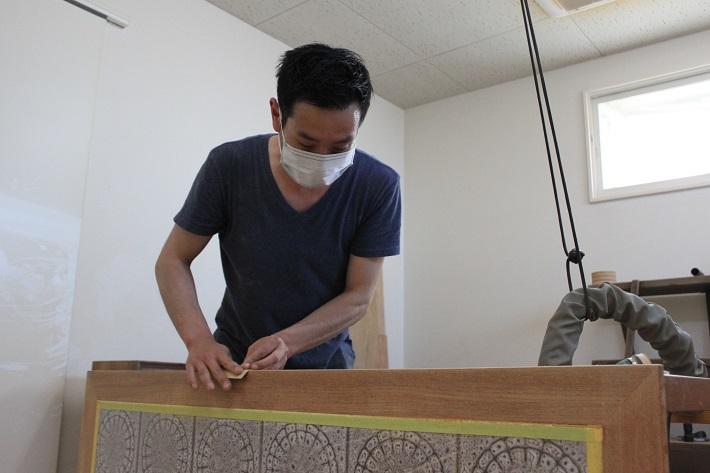 ミッドセンチュリー時代のビンテージ家具が豊富にそろうモダンビンテージインテリアカーサでリペアを担当する家具職人の井上さん
