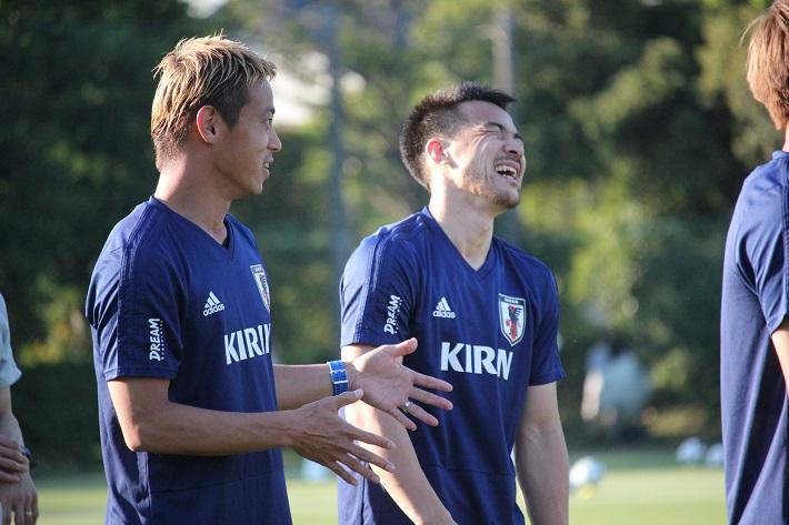 サッカー日本代表トレーニングキャンプで笑顔をみせる本田圭佑選手と岡崎慎司選手