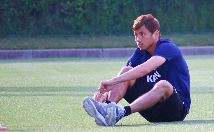 サッカー日本代表選手のトレーニングキャンプで靴を履く乾貴士選手