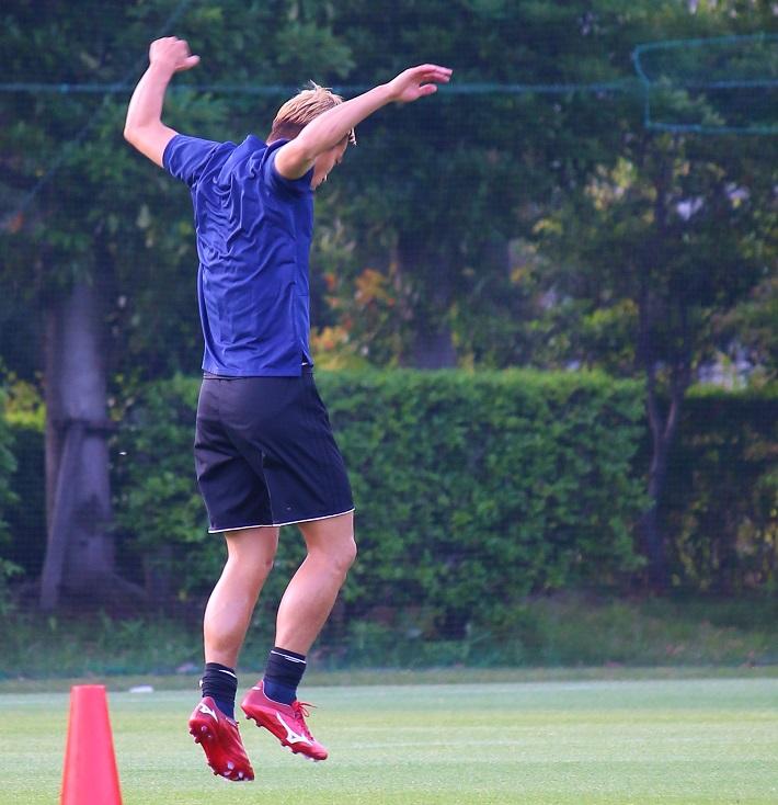 サッカー日本代表トレーニングキャンプでジャンプをする本田圭佑選手