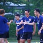サッカー日本代表トレーニングキャンプでじゃんけんして笑顔になる槙野智章選手
