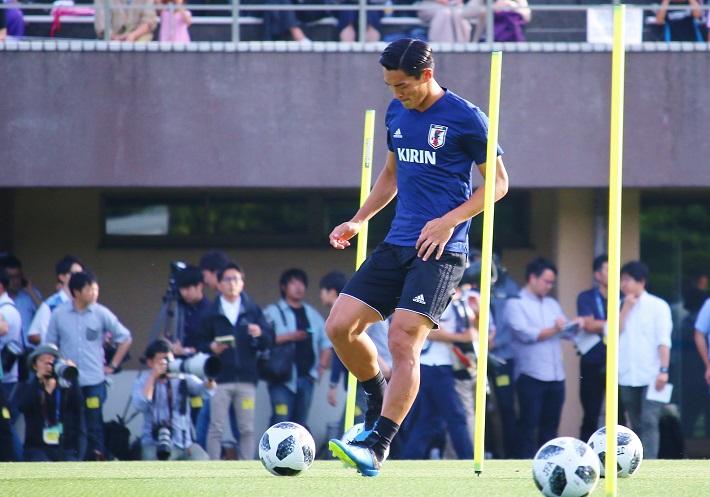 日本代表合宿でボールを使った練習をする槙野智章選手